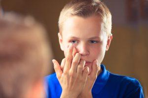 Junge mit Kontaktlinse